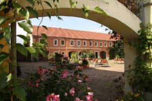 Blick in den Innenhof von Gut Frohberg SeminarZentrum